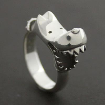 小指に着けるとどうしても薬指に噛みつきます…「BITE DOG RING」