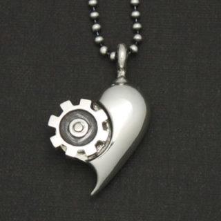 恋の歯車がうまく回る様に願いを込めたハート型のペンダント「LOVE GEAR」