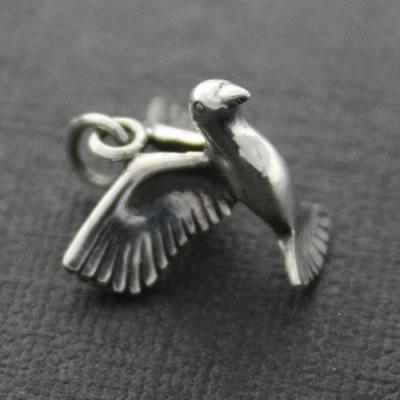 幸せを運ぶ鳩はいかがですか?小さなシルバーペンダント「Teeny Tiny(鳩)」