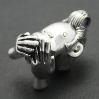 「三猿・言わざる」のフィギアの様なシルバーペンダント「三猿・言わざる ペンダント」1