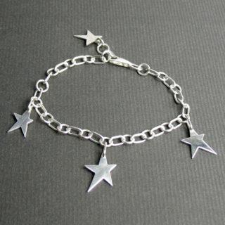 星のチャームが4つブラ下がるレディースブレスレット「STAR BRACELET」