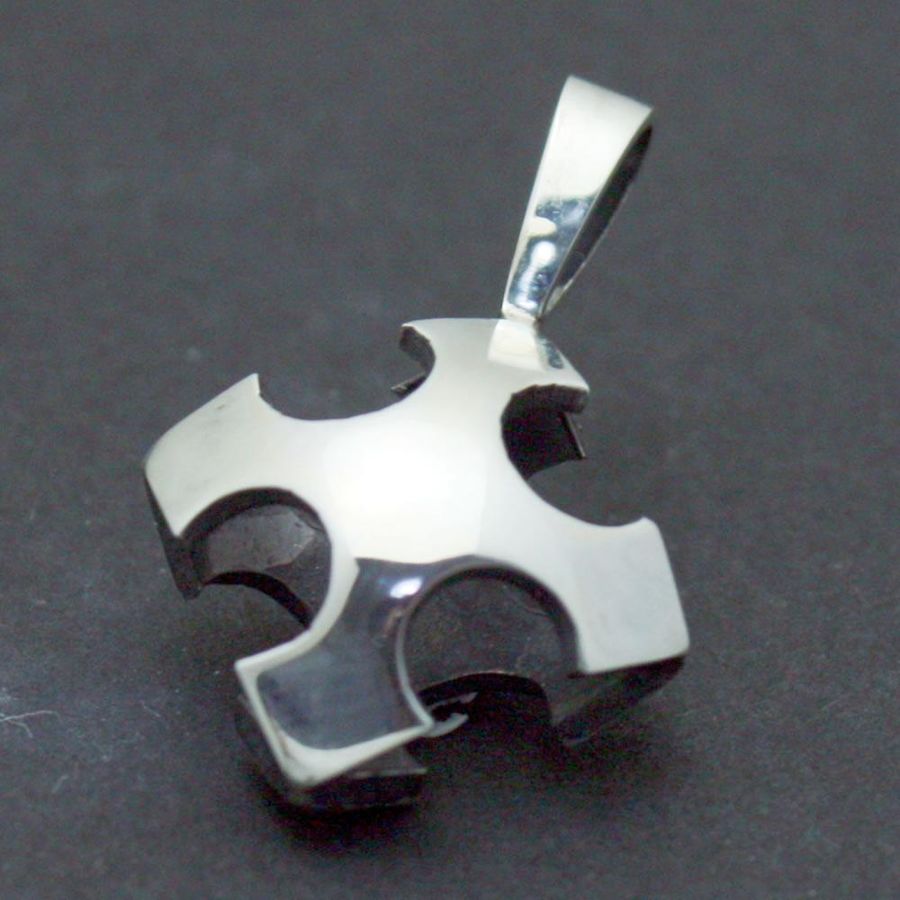 空洞化で軽るく着けやすいクロスのシンプルなミニペンダント「CROSS PENDANT」