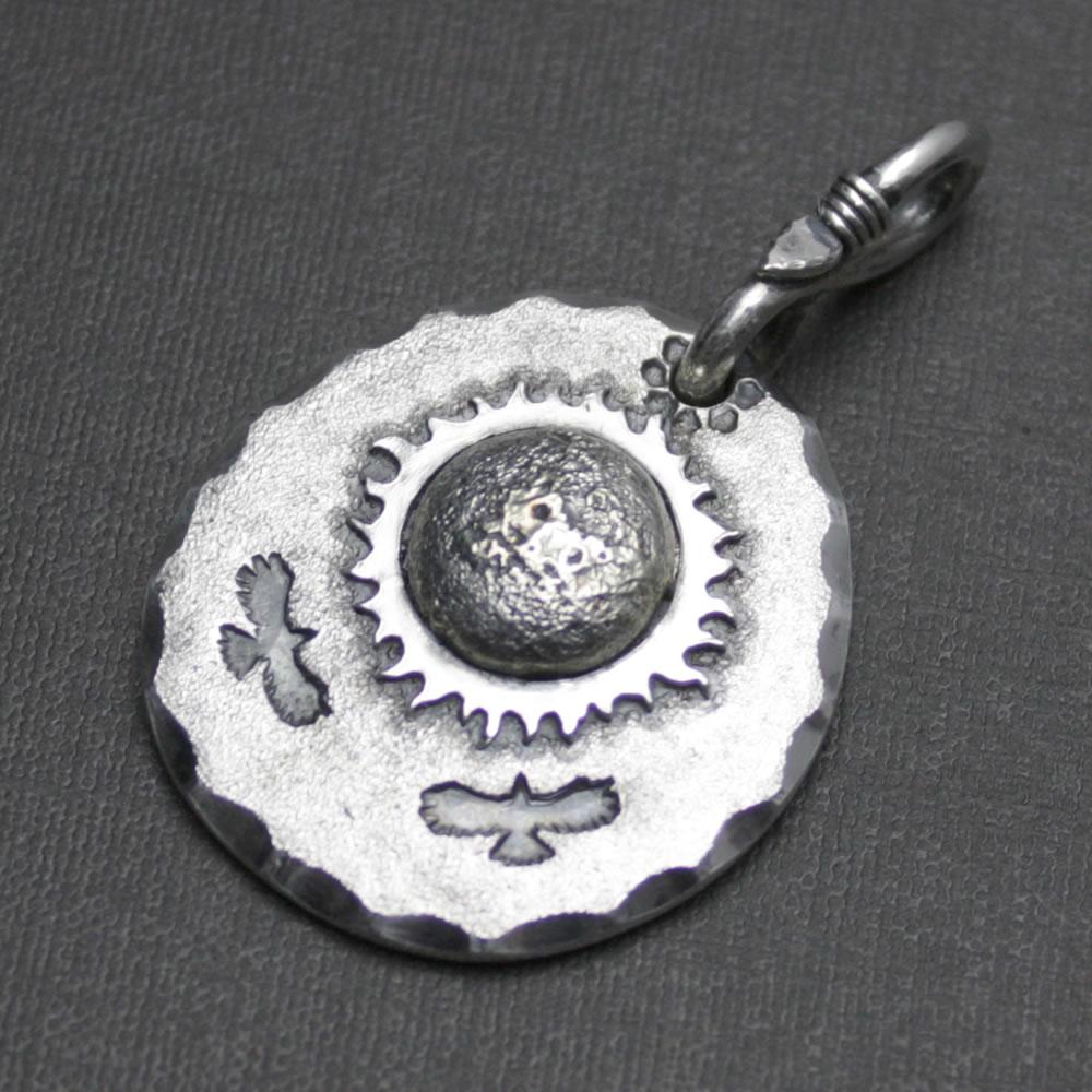 太陽に向かい飛ぶイーグルのシルバーペンダント「イーグル・サン・メダル」
