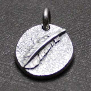 手彫りの羽がついたコインのペンダント「ミニコインペンダント(フェザー)」