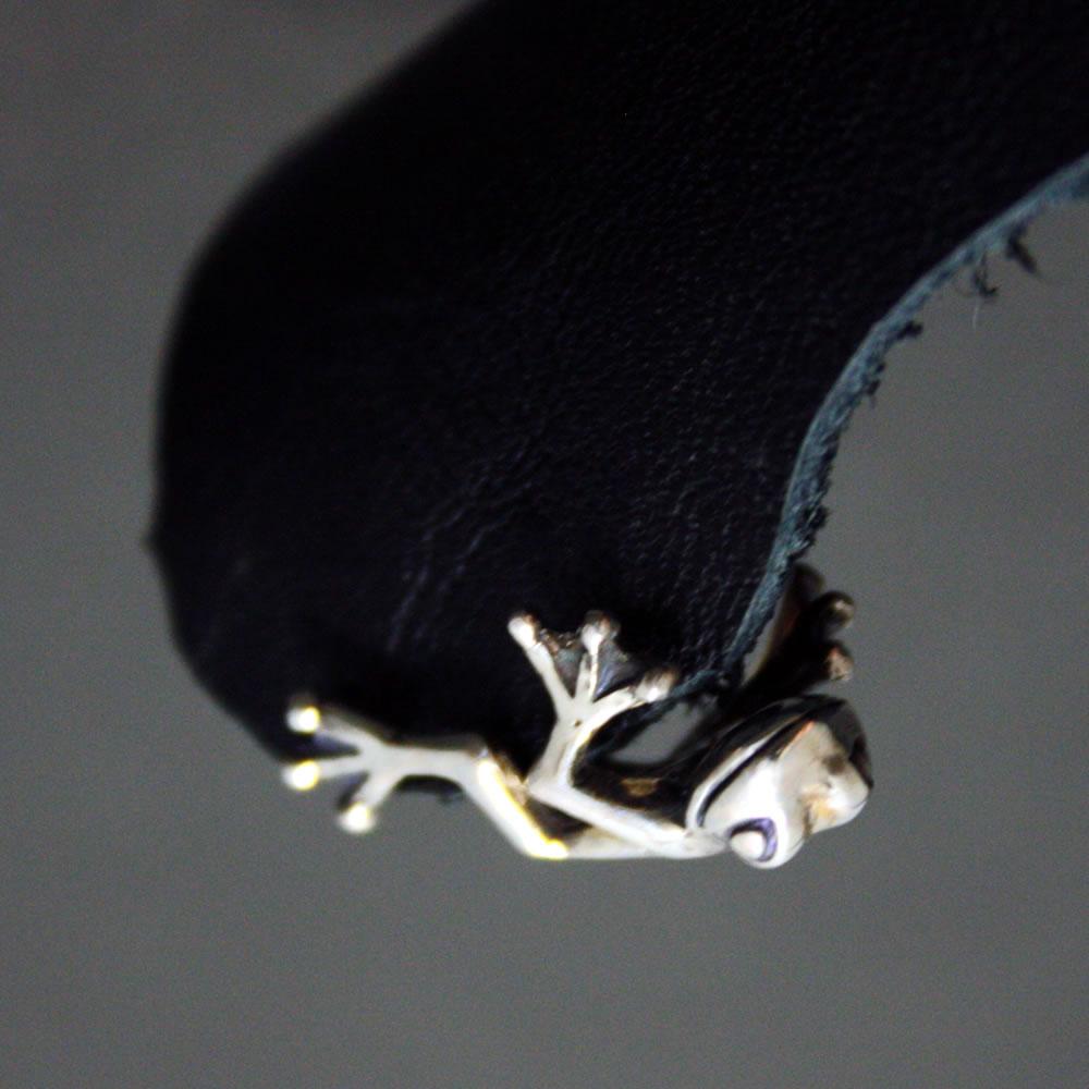耳にしがみつく小さいカエルがリアルで可愛い「FROG PIERCE」