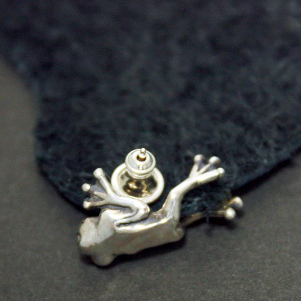 耳にしがみつく小さいカエルがリアルで可愛い「FROG PIERCE」2